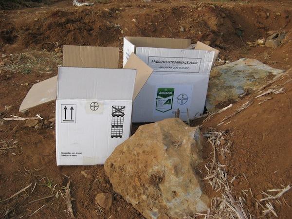 Kartony z odpadow z tutejszego sklepiku spozywczego - ida na sam dol kopca
